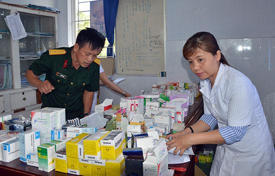 Chuẩn bị thuốc để cấp phát miễn phí cho người dân xã Bình Giang, Thăng Bình. Ảnh: DƯƠNG LÊ