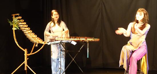 Nghệ sĩ sân khấu Pháp Isabelle Genlis (phải). ảnh: isabellegenis