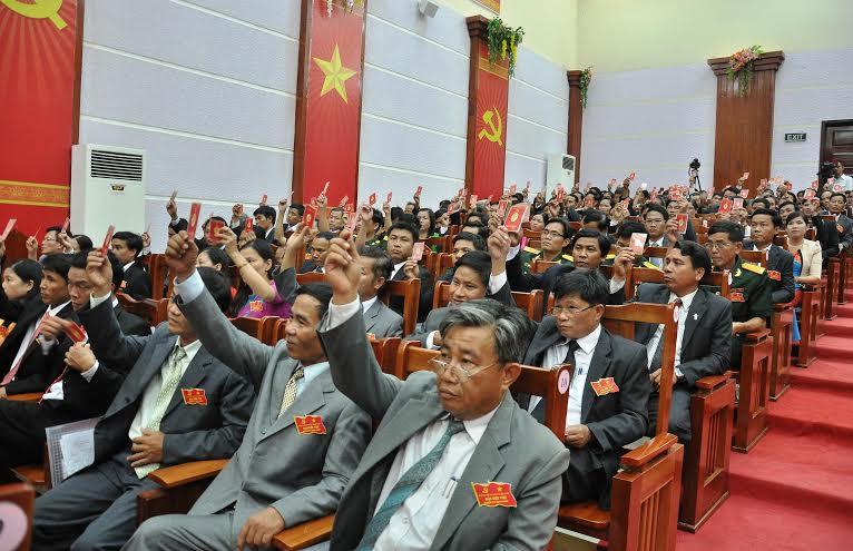 Đại hội biểu quyết thông qua đề án nhân sự Ban Chấp hành Đảng bộ huyện khóa mới.