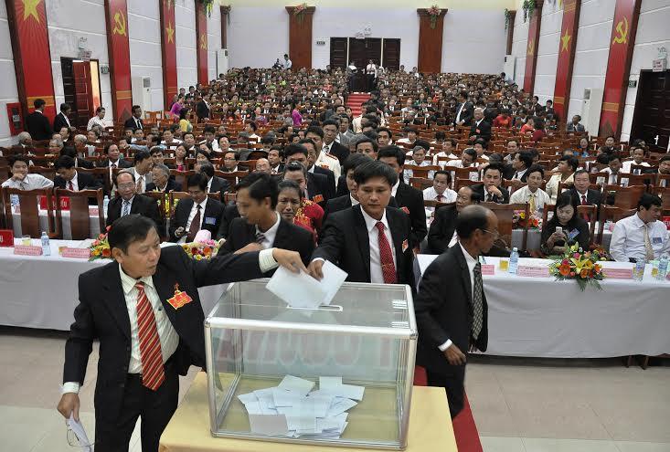 Bỏ phiếu bầu Ban Chấp hành Đảng bộ huyện khóa VIII.
