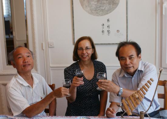 Chị Nelly tiếp các nhà nghiên cứu QN-ĐN tại nhà riêng ở Paris.
