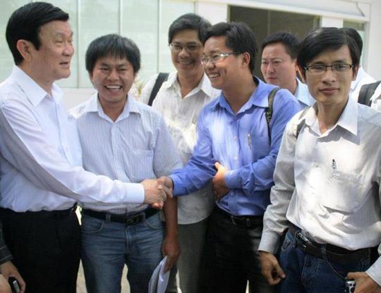 Chủ tịch nước Trương Tấn Sang bắt tay nhà báo Ngô Công Quang (PV Báo Dân Trí).