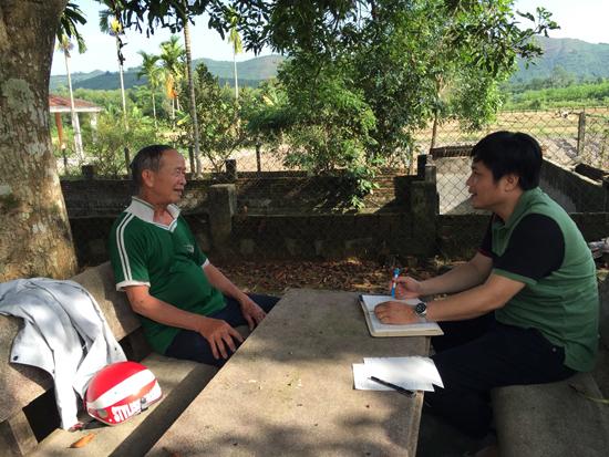 Nhà báo Lê Công Sơn (Báo Thanh Niên) trong một lần về tác nghiệp tại xã Quế Hiệp, huyện Quế Sơn. Ảnh: LÊ PHẠM SƠN HẢI