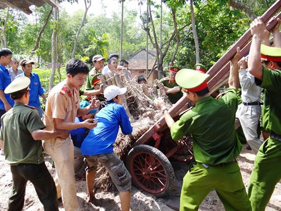 Tuổi trẻ Công an tỉnh giúp dân làm đường giao thông tại thôn 5, Tam Lộc, Phú Ninh. Ảnh: Như Ý