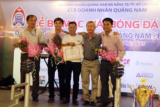 """Lãnh đạo Sở VH-TT&DL tỉnh tặng hoa các ông """"bầu"""" trẻ của bóng đá đồng hương Quảng Nam tại TP.Hồ Chí Minh. Ảnh: H.DUNG"""