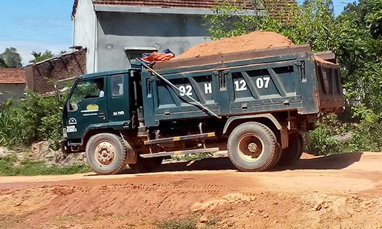 Xe chở đất thi công đường cao tốc Đà Nẵng - Quảng Ngãi không che chắn.  Ảnh: K.K