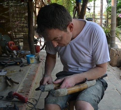 He helps Tan's workshop in selling bamboo bicycles in his hometown.