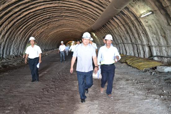 Phó Thủ tướng Hoàng Trung Hải kiểm tra các gói thầu thi công tại Quảng Nam. Ảnh: C.T