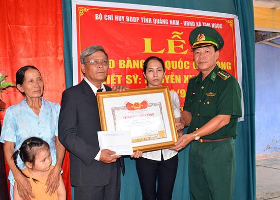 Thừa uỷ nhiệm của Thủ tướng Chính phủ, Đại tá Văn Ngọc Quế - Chính uỷ BĐBP Quảng Nam trao bằng Tổ quốc ghi công cho thân nhân liệt sĩ Nguyễn Xuân Hội.