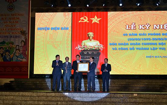 Phó Chủ tịch Quốc hội Huỳnh Ngọc Sơn trao Nghị quyết về việc thành lập thị xã Điện Bàn. Ảnh: C.TÚ