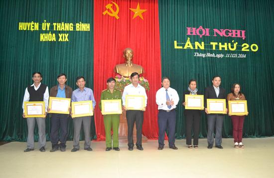Huyện Thăng Bình kịp thời khen thưởng, động viên các cá nhân có thành tích xuất sắc trong các phong trào phát triển kinh tế - xã hội. Ảnh: Đ.CAO