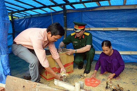 Bàn giao con vật nuôi cho gia đình bà Trương Thị Hoa, xã Tam Vinh, huyện Phú Ninh. Ảnh: TUẤN ANH