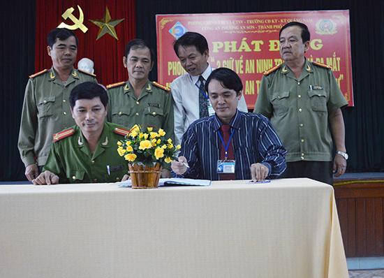 """Trường Cao đẳng Kinh tế - kỹ thuật Quảng Nam (TP.Tam Kỳ) tổ chức lễ ký kết, phát động phong trào """"2 giữ về ANTT"""".              Ảnh: Viết Kim"""