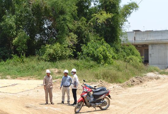 Bụi tre của ông Phạm Văn Năm (thôn Xuân Đài, Điện Quang, Điện Bàn) vẫn tồn tại ở khu vực thi công dự án đường cao tốc.        Ảnh: C.TÚ