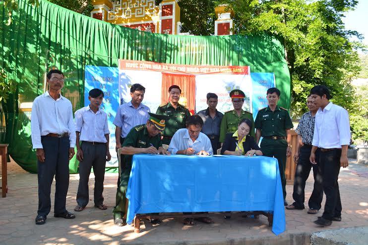 """Đại diện Đồn Biên phòng Cù Lao Chàm và địa phương ký bản cam kết xây dựng mô hình """"Thôn không có người vi phạm pháp luật""""."""
