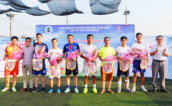 Ban tổ chức trao hoa và cờ lưu niệm cho đại diện 8 đội bóng dự giải.