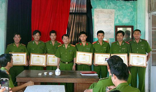 Đại tá Nguyễn Thế Nghiệp trao giấy khen cho các đồng chí xuất sắc trong công tác phá án.