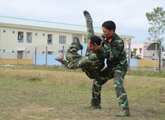 Huấn luyện võ thuật cho chiến sĩ Đại đội Trinh sát. Ảnh: P.T.H