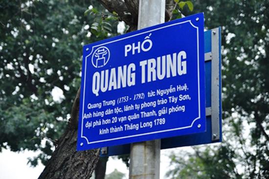 Biển gắn tên đường với chú thích ngắn gọn ở Hà Nội. (ảnh minh họa)