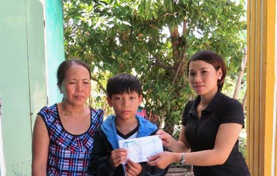 Đại diện Báo Quảng Nam đã trao tận tay số tiền của nhà hảo tâm đến gia đình các em.