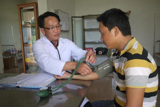 Thầy thuốc bệnh xá khám chữa bệnh cho nhân dân các bộ tộc Lào.  Ảnh: Đ.T.N.D