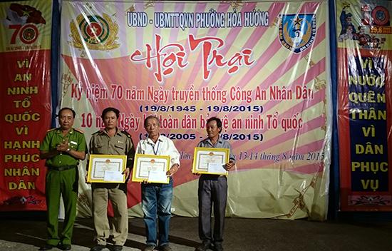 """Ông Trần Kim Cầu (thứ hai, bên phải) được tuyên dương khen thưởng trong phong trào """"Toàn dân bảo vệ an ninh Tổ quốc"""". Ảnh: THÀNH TÀI"""