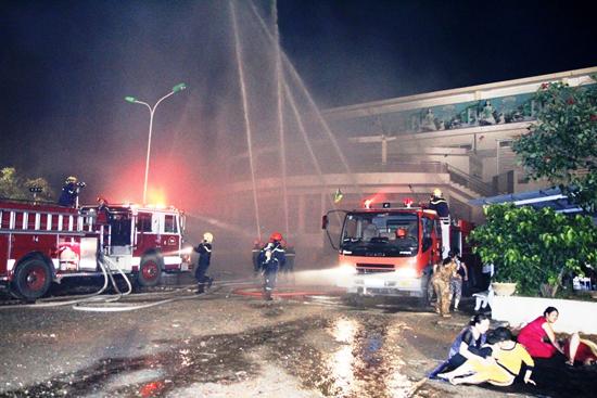 Tình huống giả định được đưa ra là vào khoảng 19 giờ xuất hiện một đám cháy lớn tại tầng 2 của chợ Tam Kỳ, TP.Tam Kỳ.