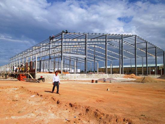 Nhiều doanh nghiệp đang mở rộng hoạt động sản xuất kinh doanh ở Duy Xuyên, dẫn đến tình trạng thiếu hụt lao động. Ảnh: HOÀI NHI