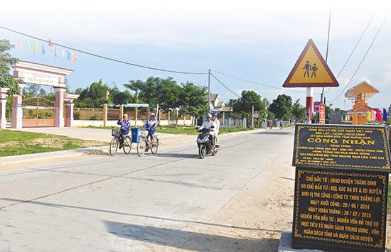 Nhờ sự đồng thuận của cán bộ đảng viên và toàn dân, tuyến giao thông Bình Quý - Bình Phú (Thăng Bình) nhanh chóng được xây dựng hoàn thành.  Ảnh: VINH ANH
