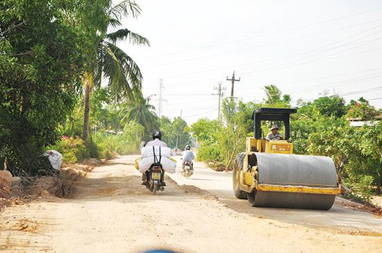 Nhân dân xã Duy Trung (Duy Xuyên) tự nguyện tháo dỡ vật kiến  trúc để thi công mở rộng tuyến đường vào trung tâm xã. Ảnh: HÀN GIANG