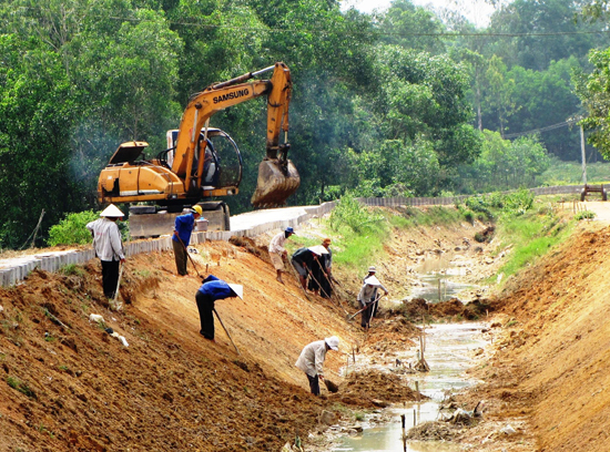 Muốn phát triển sản xuất hàng hóa thì phải đầu tư xây dựng hạ tầng thủy lợi. Ảnh: NG.SỰ