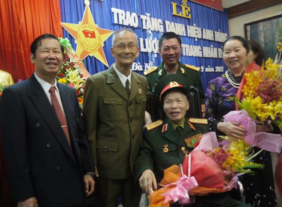 Trung tướng Phan Hoan cùng đồng đội ngày đón nhận danh hiệu Anh hùng lực lượng vũ trang nhân dân. Ảnh: HỒNG VÂN