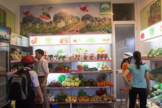 """Ngày càng có nhiều người tìm và sử dụng rau an toàn để làm quen với phương pháp """"thực dưỡng"""". Ảnh: C.T.A"""