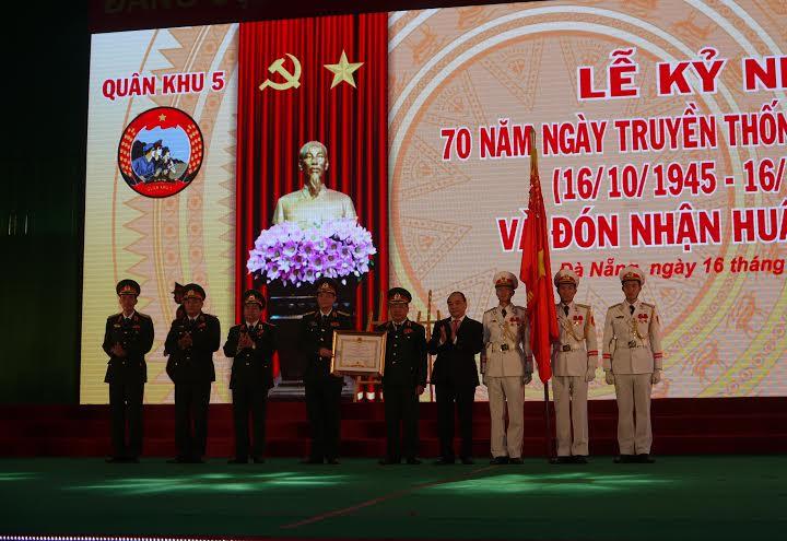 Đồng chí Nguyễn Xuân Phúc trao Huân chương Quân công hạng Nhất cho Quân khu 5.
