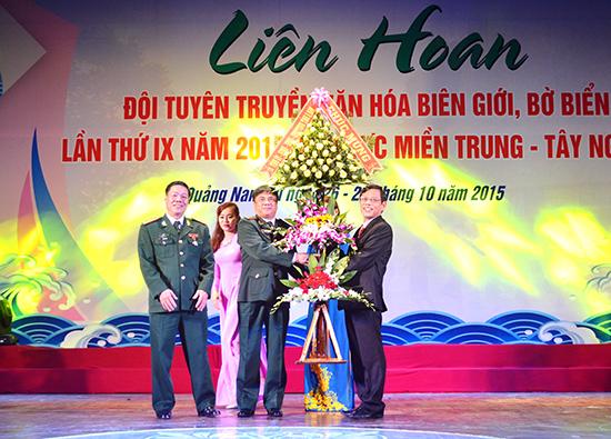 Phó Chủ tịch UBND tỉnh Nguyễn Chín tặng hoa Ban tổ chức liên hoan. Ảnh: V.QUANG