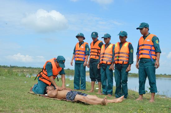Lực lượng vũ trang Duy Xuyên thực hành sơ cứu người bị ngạt nước. Ảnh: T.A
