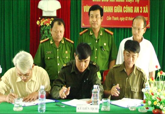 Lễ ký kết quy chế phối hợp giữa lực lượng công an 3 xã Cẩm Thanh, Duy Hải, Duy Nghĩa. Ảnh: LÊ HIỀN