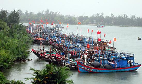 Những năm qua, nhờ tiếp cận nhiều nguồn vốn, ngư dân có điều kiện nâng cao công suất tàu thuyền. Ảnh: HOÀI NHI