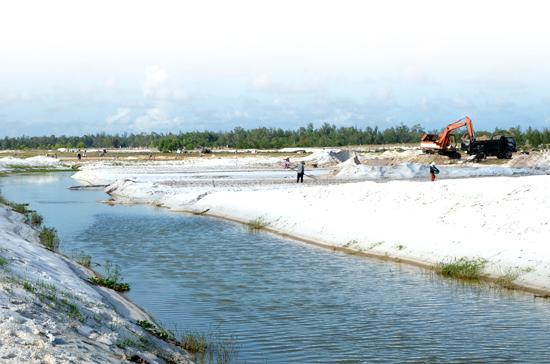 Đất sản xuất người dân xã Bình Giang nằm sát kênh mương nạo vét. Ảnh: TRẦN HỮU