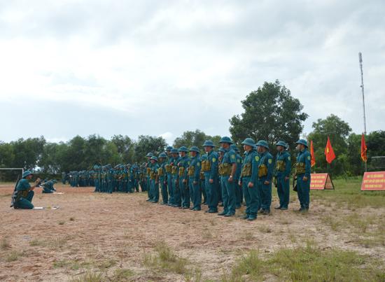 Học viên lớp Trung cấp chuyên nghiệp ngành quân sự cơ sở huấn luyện trên thao trường. Ảnh: T.ANH