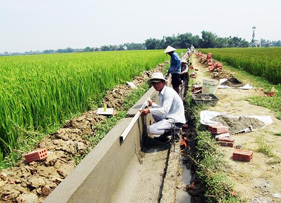 Bê tông hóa hệ thống kênh trên cánh đồng Xuyên Đông ở thôn Vĩnh Nam (xã Duy Vinh, Duy Xuyên). Ảnh: VĂN SỰ