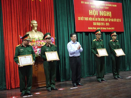 Ban CHQS thị xã Điện Bàn nhận bằng khen của UBND tỉnh.