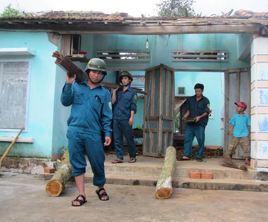 Giúp dân sửa chữa lại nhà cửa sau thiên tai. Ảnh: HOÀI NHI