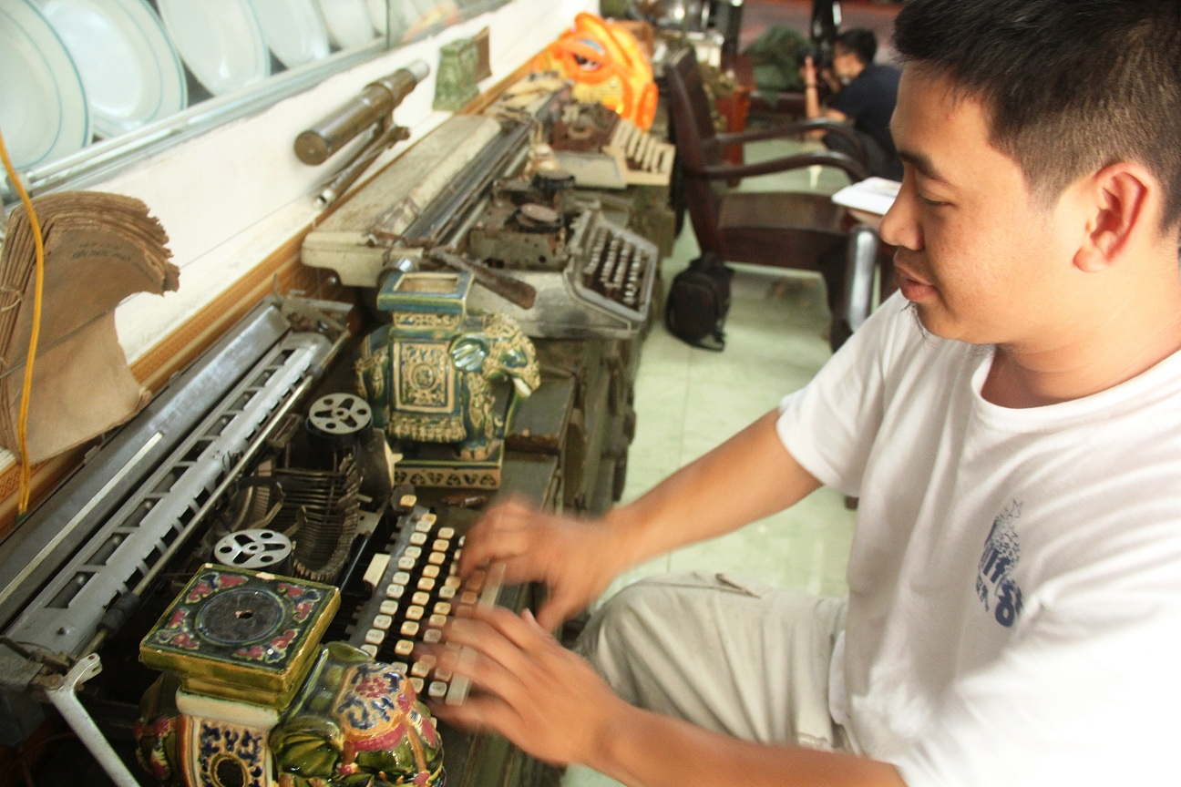Những chiếc máy đánh chữ lâu đời, có nguồn từ Nhật, Mỹ, Liên Xô do anh Hiền sưu tầm