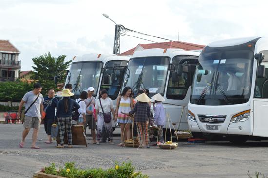 Hiện tượng chèo kéo, bán hàng rong làm ảnh hưởng đến hình ảnh du lịch Quảng Nam.  Ảnh: V.LỘC