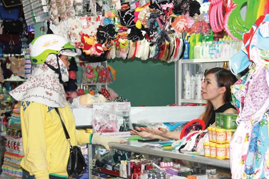 Nhiều tiểu thương cũng không dám trữ hàng vì cảnh chợ mua bán thưa vắng. Ảnh: C.T.A