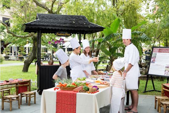 Mang sản phẩm làng rau vào phục vụ du lịch tại TP. Hội An. Ảnh: Q.H