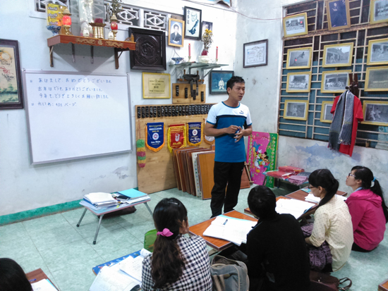 Nguyễn Công Nguyên dạy tiếng Nhật cho sinh viên và công nhân. Ảnh: VÕ THỊ NHƯ TRANG