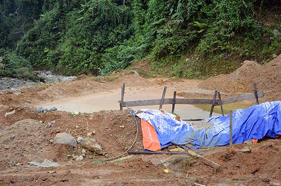 Bể chứa nước thải đầu tư quá sơ sài tại một số nhà máy vàng ở huyện Phước Sơn.Ảnh: TR.HỮU