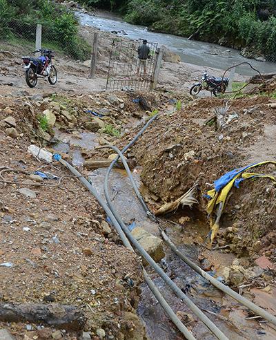 """Các đường ống dẫn nước thải chưa qua xử lý an toàn xả trực tiếp ra sông suối tại """"đất vàng"""" Phước Hiệp."""